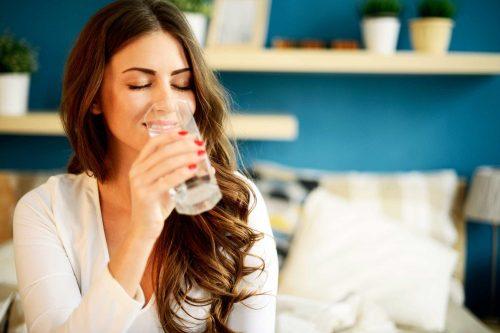 Uống nhiều nước giúp dưỡng da rất tốt