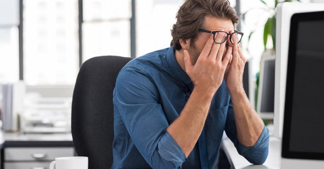Dùng nhiều máy tính khiến đau mỏi mắt